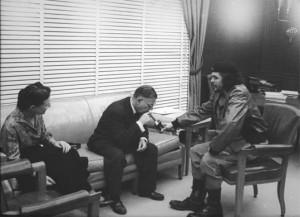 Simone de Beauvoir, Jean-Paul Sartre et Che Guevara discutant à Cuba en 1960. Sartre écrira plus tard que le Che était «l'être humain le plus complet de notre époque».
